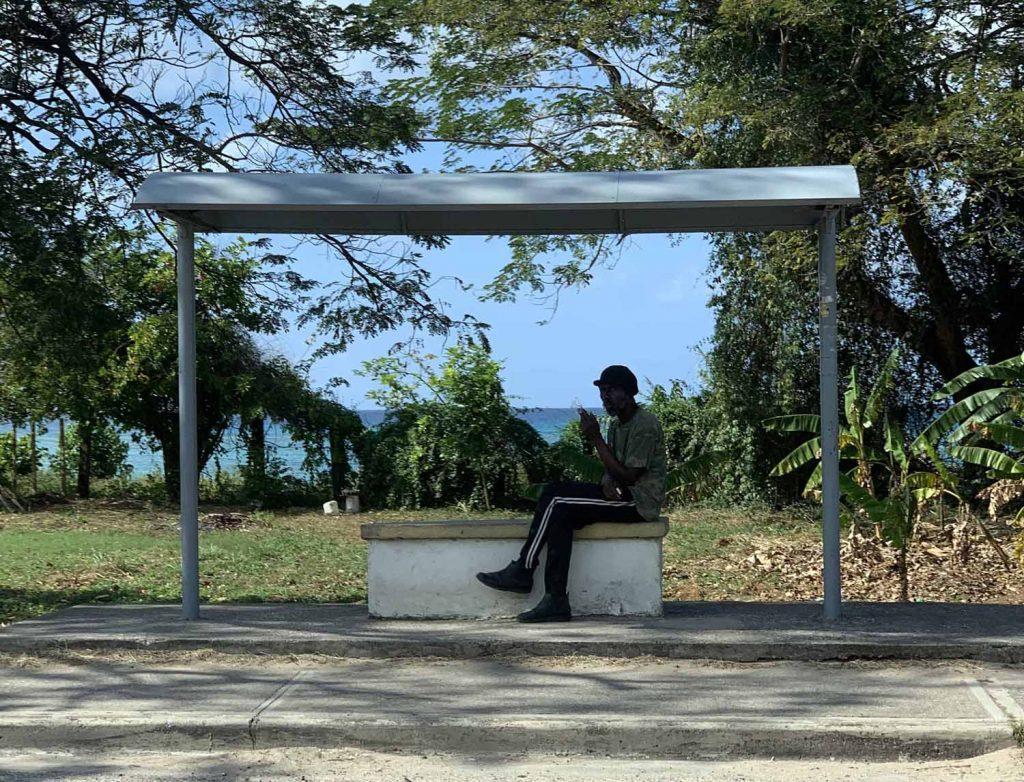 Jamaica mies bussipysäkillä