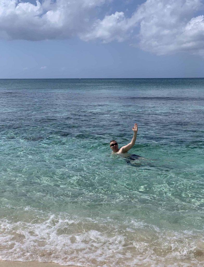 Seven Mile Beach Ilkka uimassa