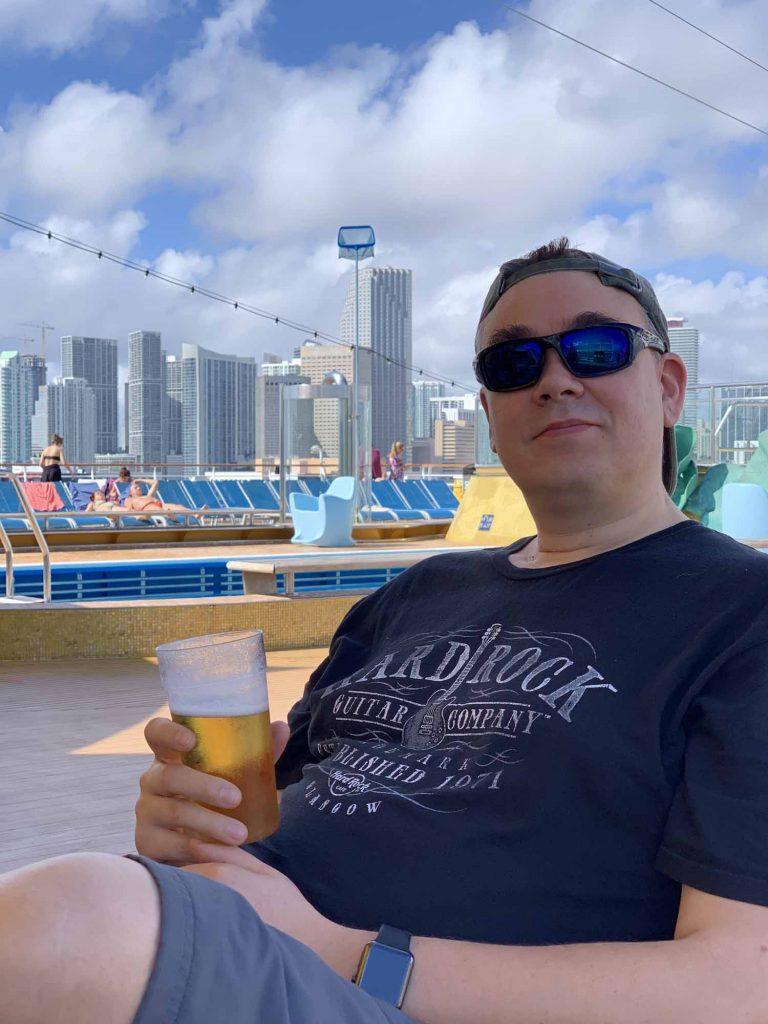 Ilkka laivan kannella odottelemassa Miamiin pääsyä