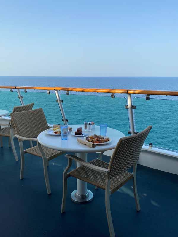 Jewel of the Seas aamiainen kannella buffet breakfast on deck