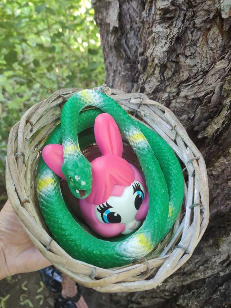 geokätkö kumikäärme pupu rubber snake bunny