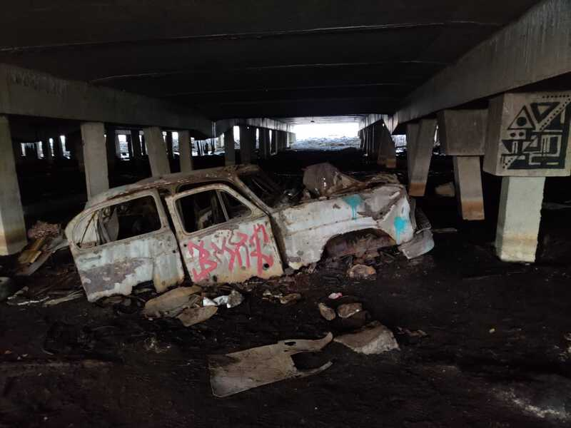 romuauto sillan alla under bridge car wreck