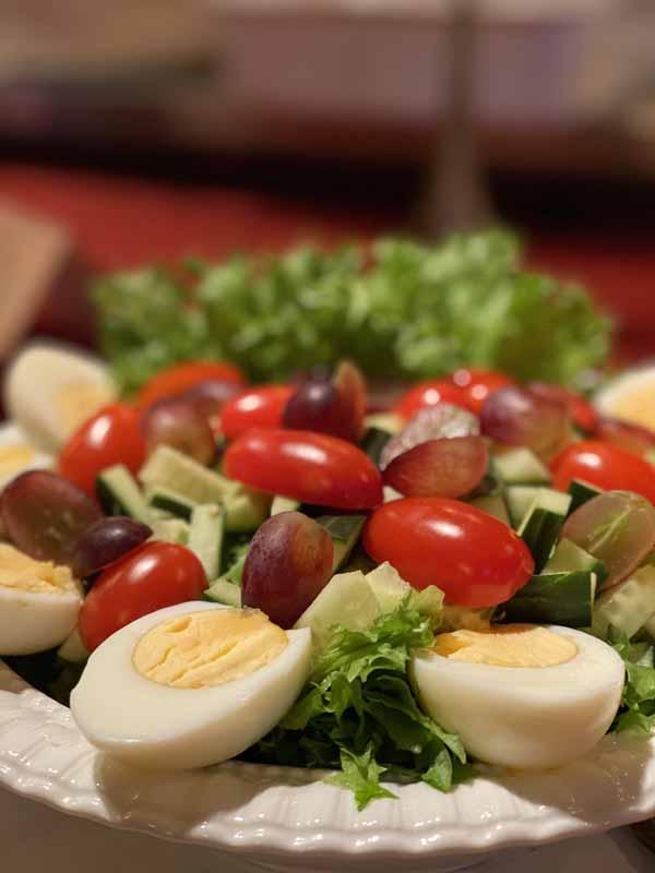 Urpolan Kartano ruoka tarjoilu salaatti muna kananmuna viinirypäle tomaatti kurkku salaatti