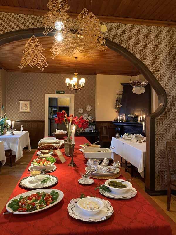 Urpolan Kartano tarjoilu ruoka pöytä ruokasali