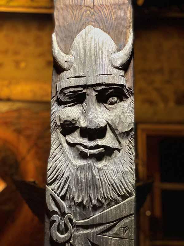 viikinki reliefi puuveistos Viikinkisauna Urpolan Kartano