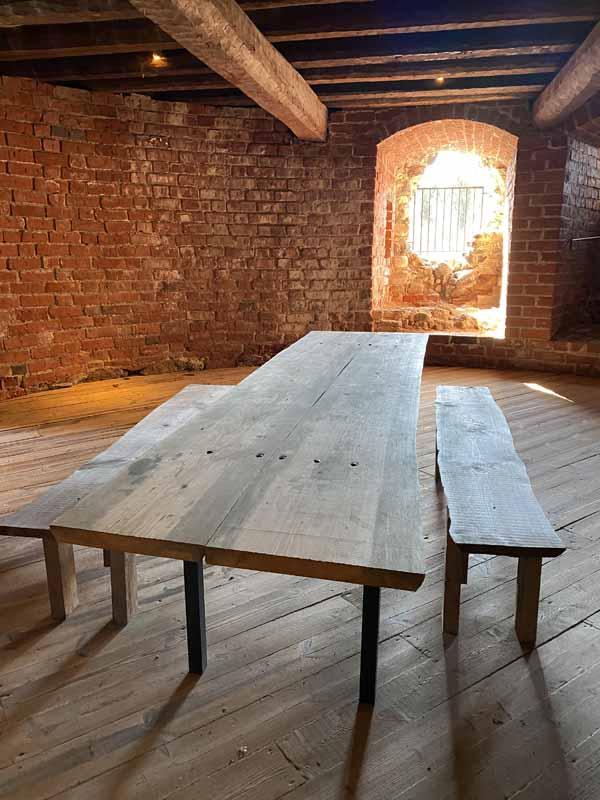 Pöytä Raaseporin linnan tornin sisällä