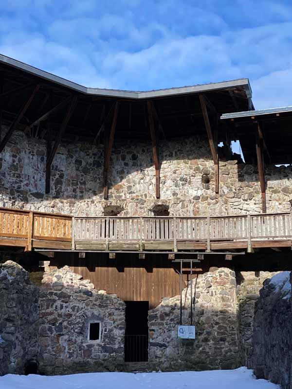 Raaseporin linnan sisäpiha ja kävelysilta