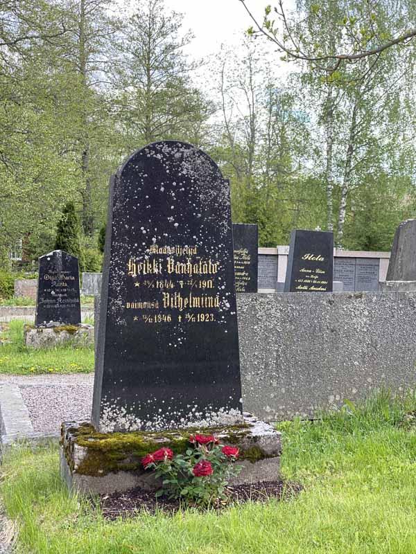 hautakivi Rengon kirkon hautausmaalla
