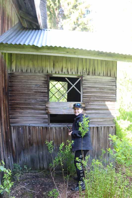 Katri Pitkäjärven hylätyn talon edessä