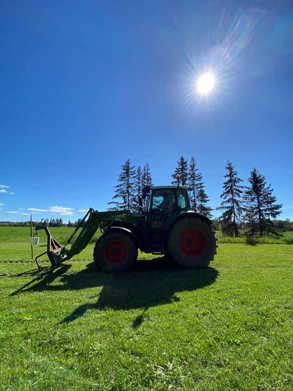 Traktori nurmikolla