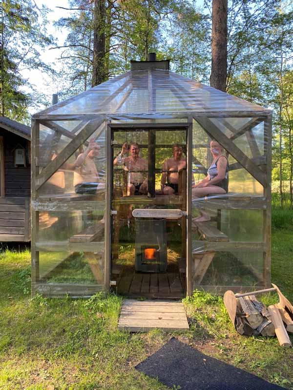 Saunojia Viikinkisaunan Maisemasaunassa