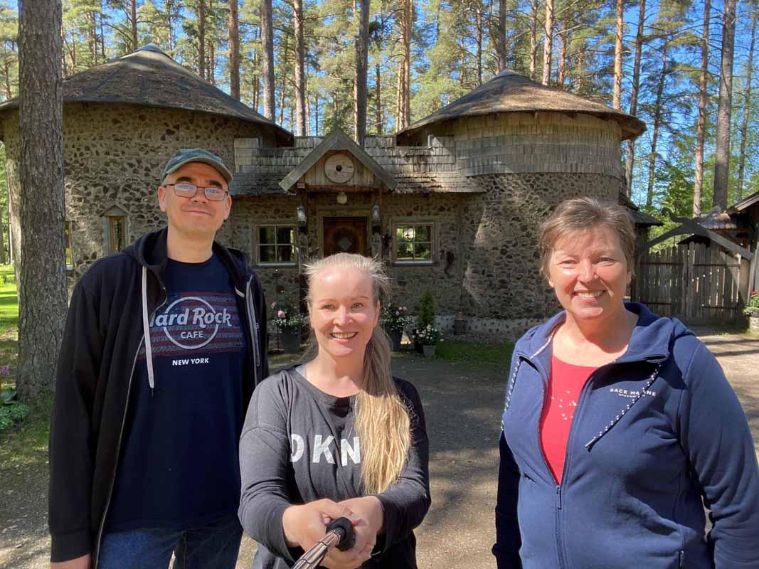 Ne Tammelat ja Leena Kylämarkula Viikinkisaunan edessä