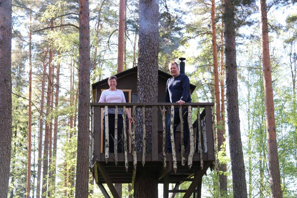 Urpolan Kartanon isäntäväki puumajasaunassa