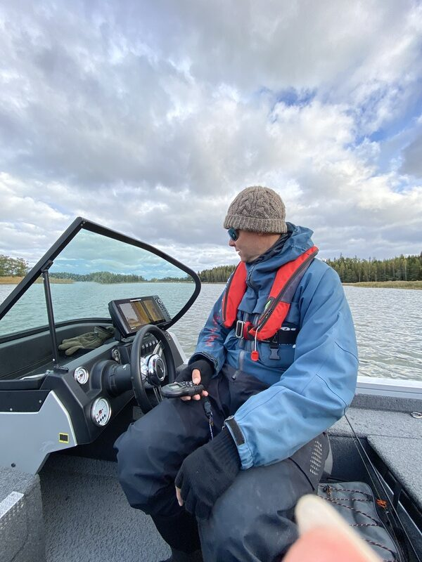Kim ohjaa venettä kaukosäätimellä