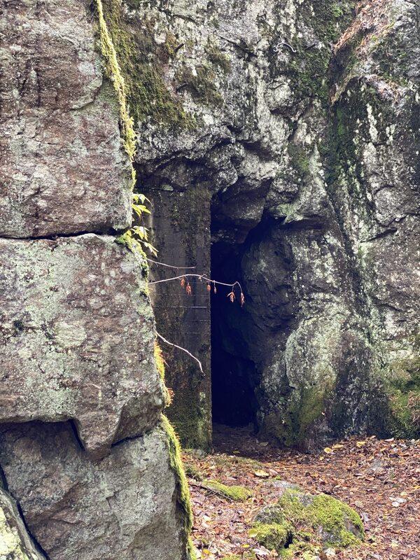 sisäänkäynti luolaan